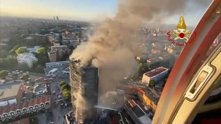 Incendio a Milano. Foto scattata da elicottero dei vigili del fuoco.