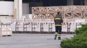 Vigile del fuoco in fabbrica di marmo